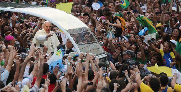 Una multitud con el Papa Francisco en Brasil<br>