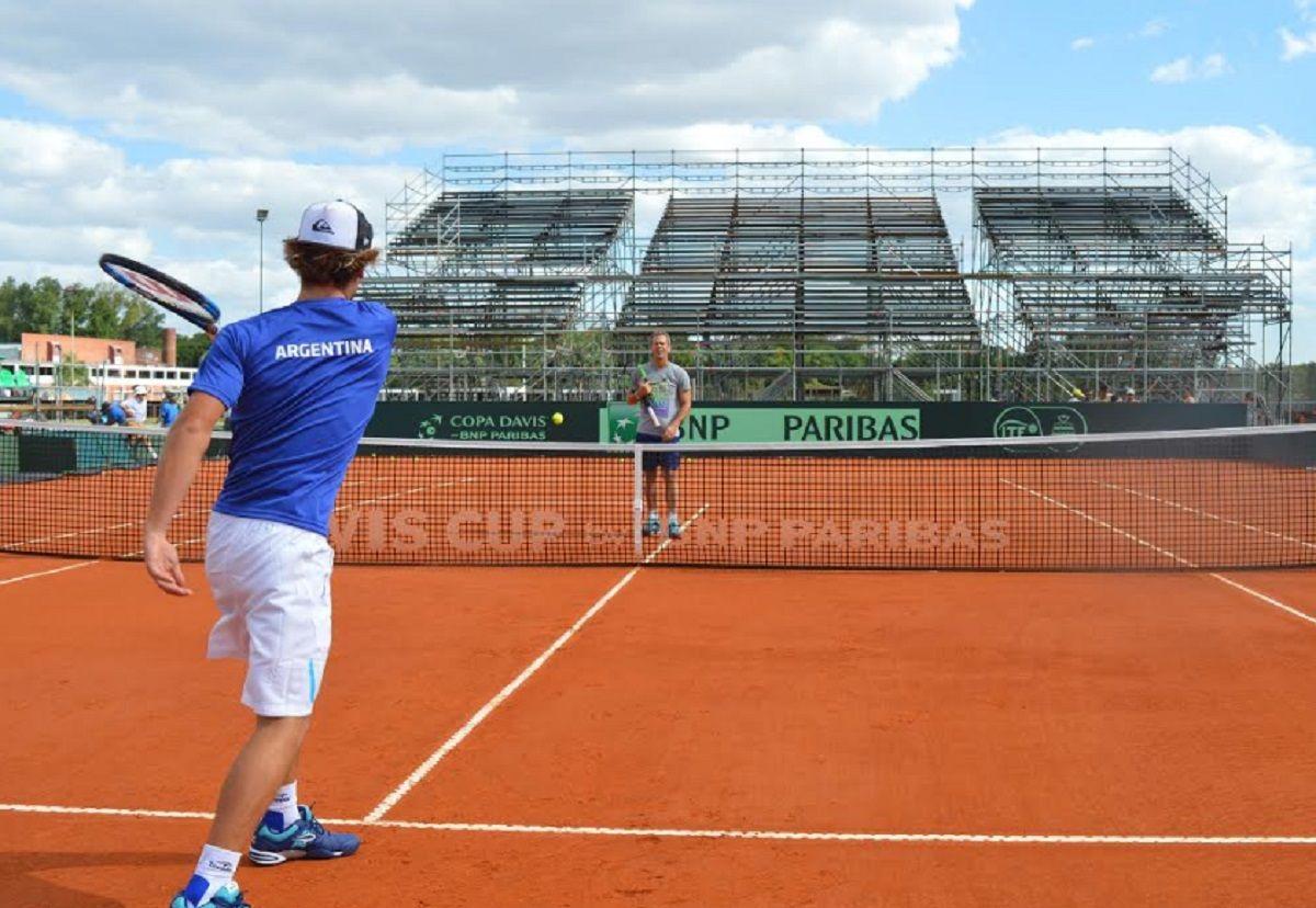 Daniel enseña y Santiago ejecuta. El capitán le regaló todo el conjunto oficial de Copa Davis.