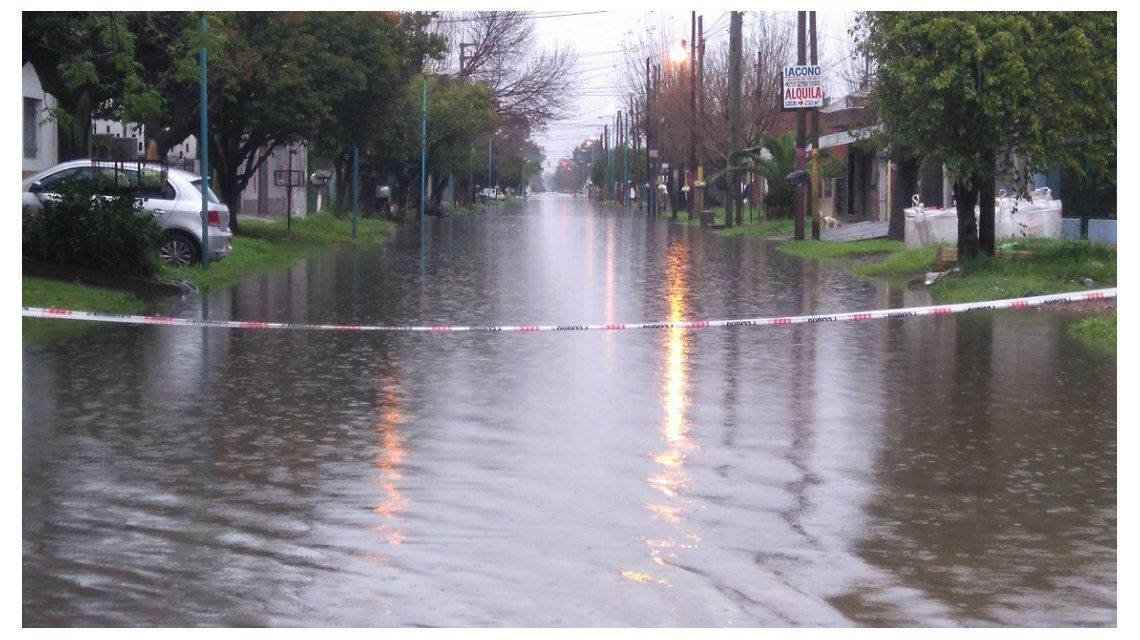 Desastre en Quilmes: arroyos tapados de basura desbordaron en el temporal