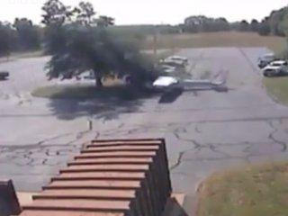 video: un piloto sobrevivo a un espectacular accidente de avioneta