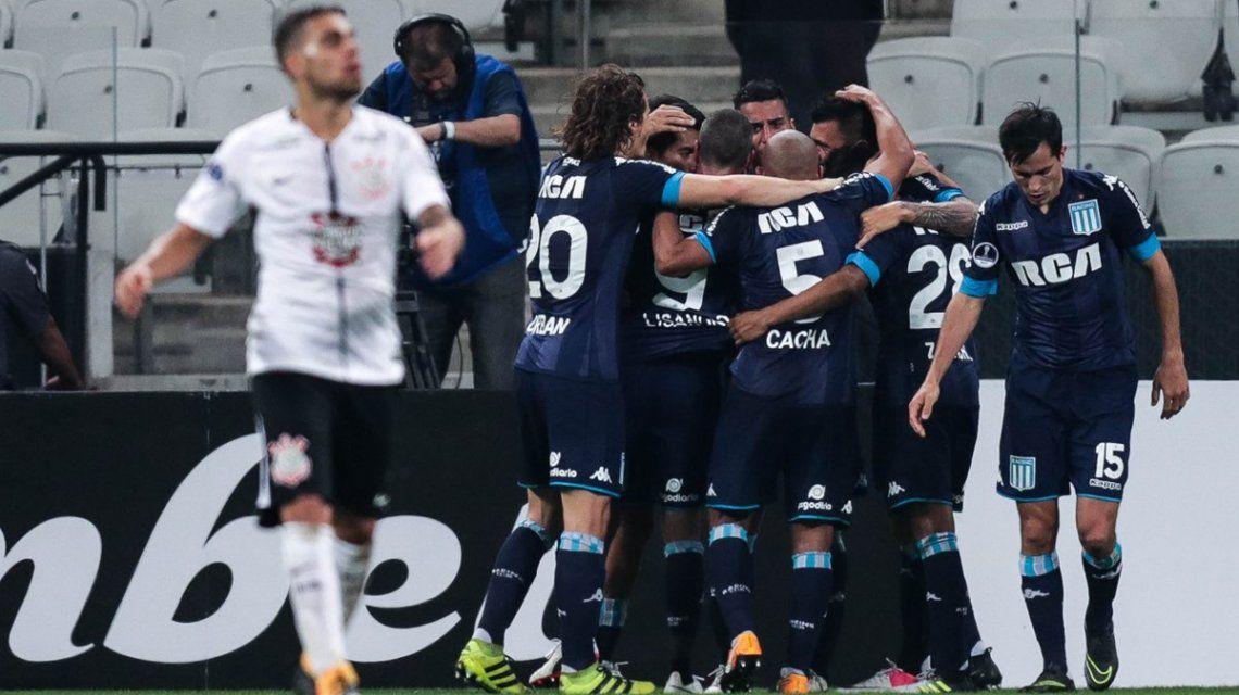 Racing festeja el gol de Triverio que terminó siendo el del empate