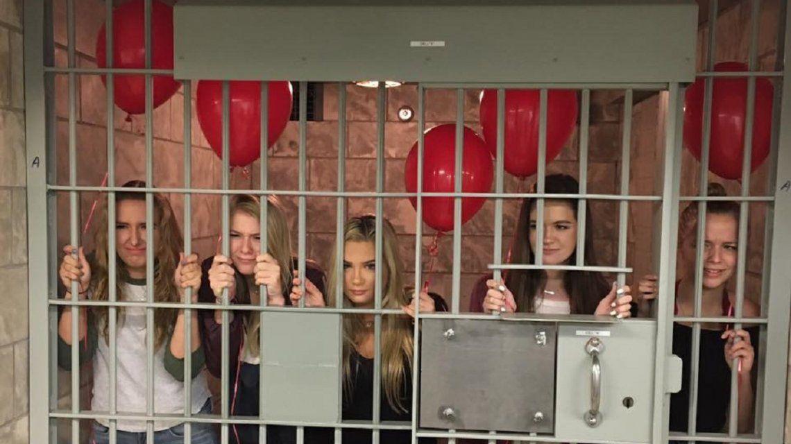 Las bromistas en el calabozo con sus globos rojos