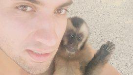 Ignacio junto a Martín, el mono que crió de bebé