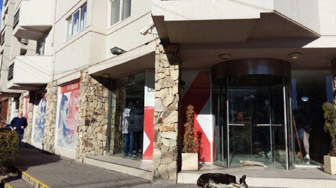 Bariloche: un chico cayó del quinto piso de un hotel en su viaje de egresados