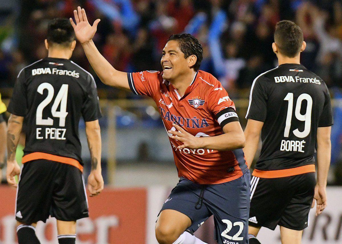 Zenteno festeja a espaldas de Enzo Pérez