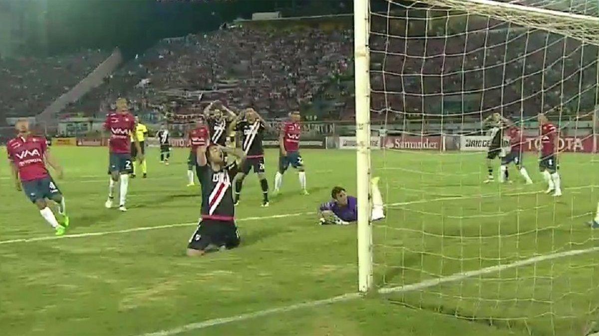Scocco se lamenta tras marrar el gol que ponía en partido a River