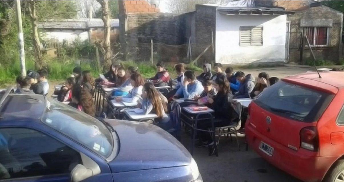 Se desbordó el pozo séptico de una escuela en Moreno y los alumnos tuvieron clase en la calle