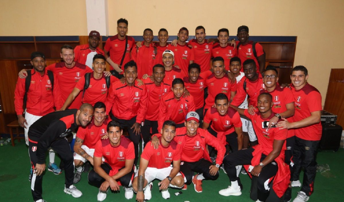 El plantel peruano tras la histórica victoria ante Ecuador en Quito