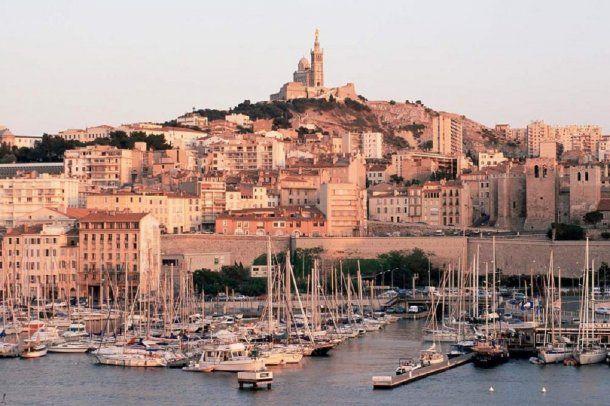 Marsella esta ubicada sobre la costa del sur de Francia, más cercana a Barcelona que a París