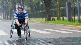 Le robdaron una silla de ruedas adaptada a un atleta con discapacidad