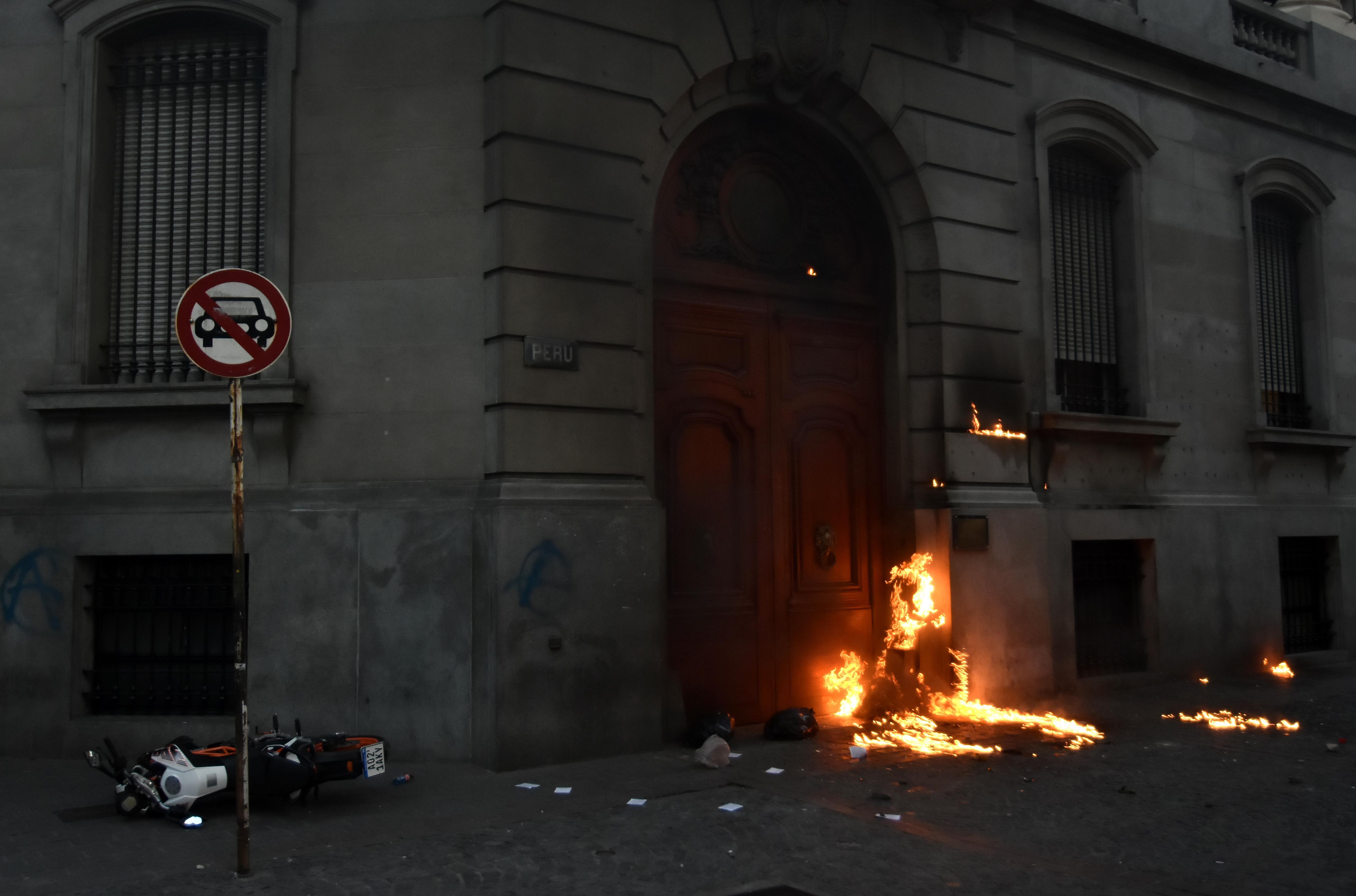 Incidentes y destrozos en la Legislatura porteña en la marcha por Julio López