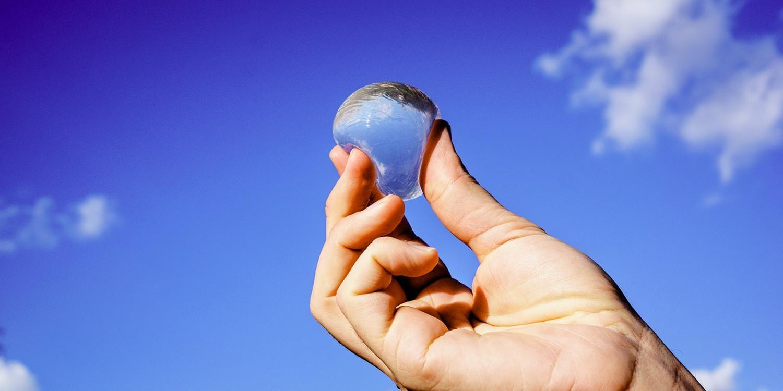Un invento que podría dejar atrás las botellas de agua de plástico