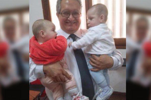 Profesor José Luis Cañote, con los hijos de su alumna
