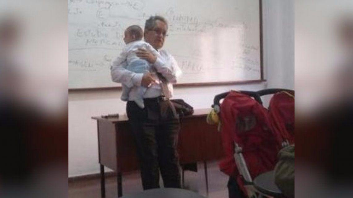 José Luis Cañote dio clase con los bebes de su alumna en brazos