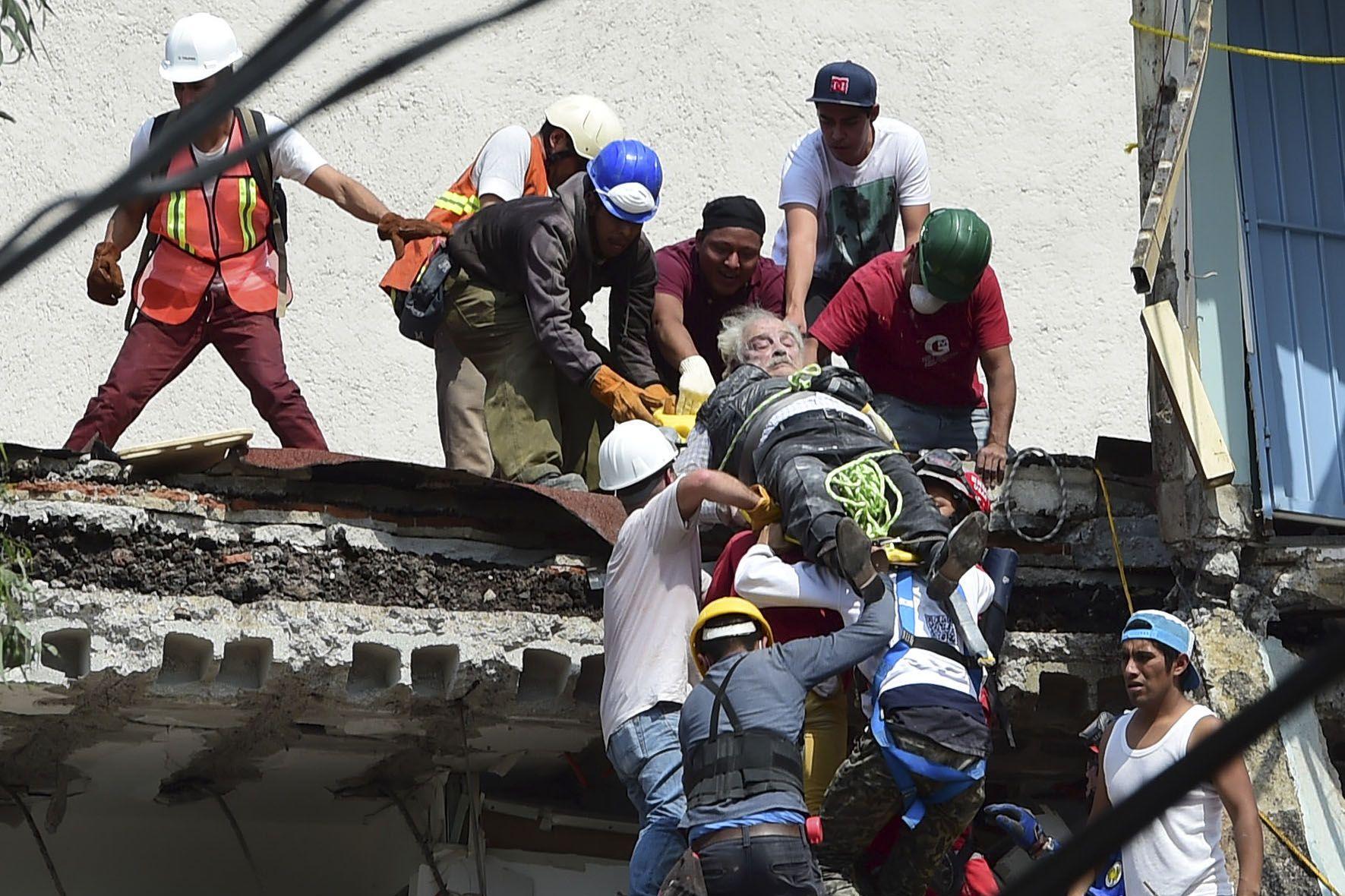 Así rescataban a una de las víctimas del terremoto
