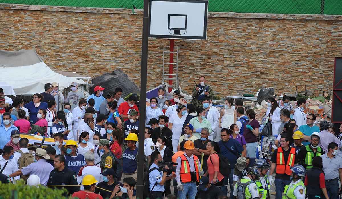 VIDEO: El rescate de nenes atrapados en un colegio derrumbado tras el terremoto en México