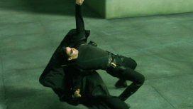 Un árbitro se vuelve viral por esquivar una pelota al mejor estilo Matrix