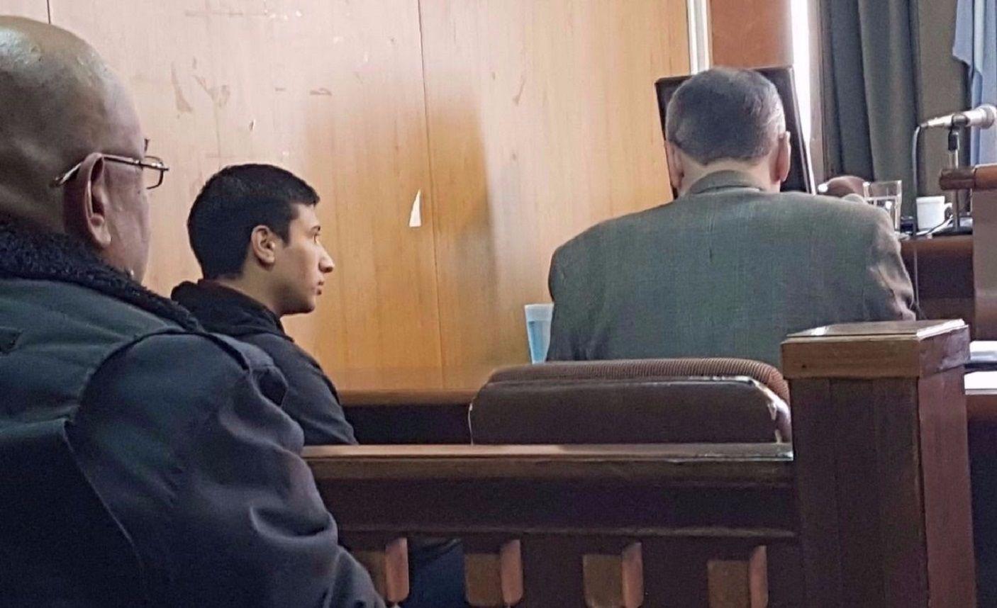 Nahuel Roldán en tribunales escuchando la decisión de los jueces