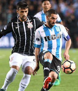 Lisandro López domina ante la marca del defensor del Corinthians