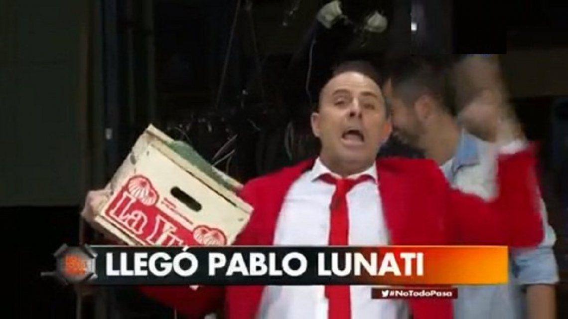 Pablo Lunati eufórico repartiendo pepinos