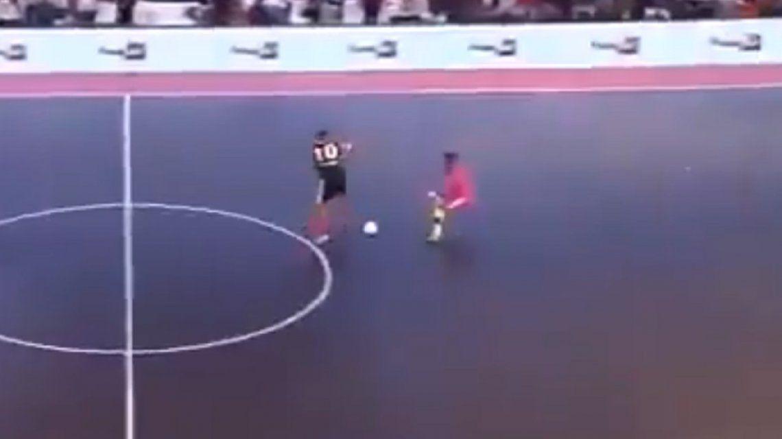 La última genialidad de Ronaldinho: caño ¡sin tocar la pelota! y golazo