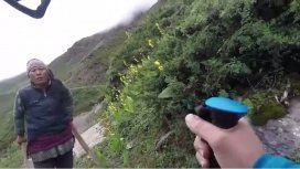 VIDEO: Turista quiso regatear un té de un dólar y la persigueron con palos