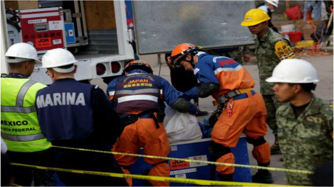 Los rescatistas trabajan en el lugar