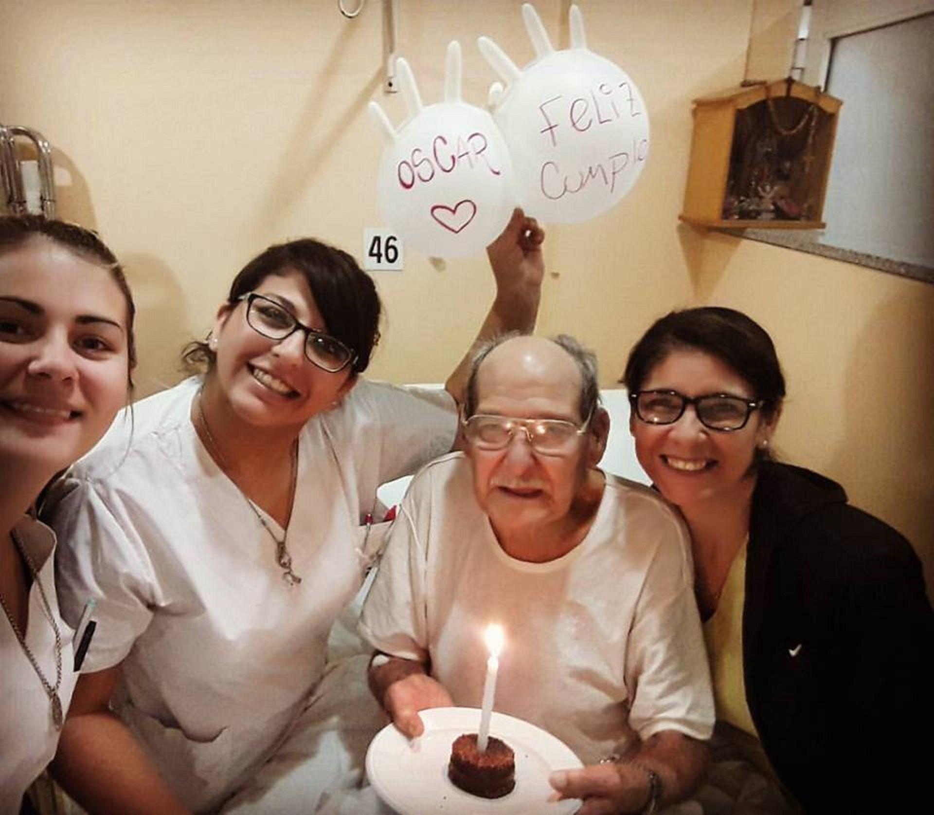 Oscar fesjeando su cumple junto a las enfermeras