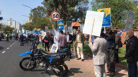 Martilleros protestan frente a la Quinta de Olivos