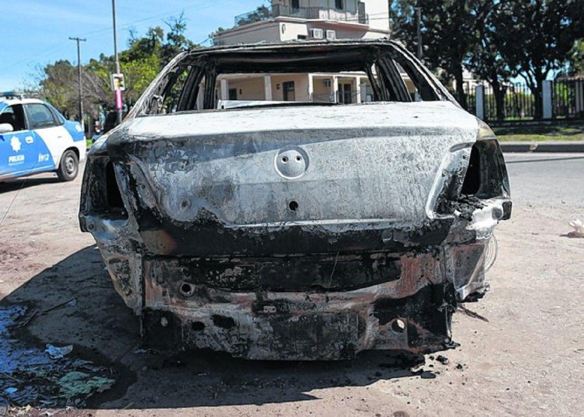 Encontraron un cadáver en un auto incendiado - Crédito: lacapital.com.ar