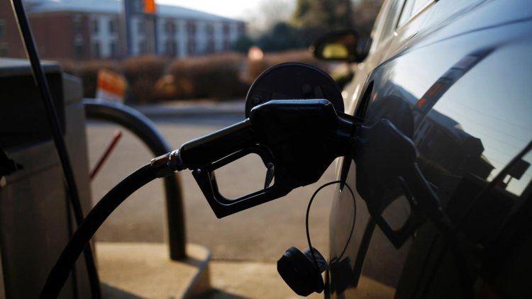 Macri podría autorizar en las próximas horas un nuevo incremento del 5% en el precio de los combustibles