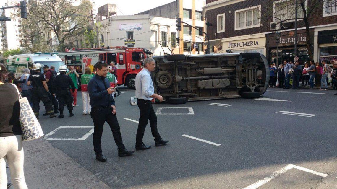 Una ambulancia chocó con un auto y volcó: cinco heridas