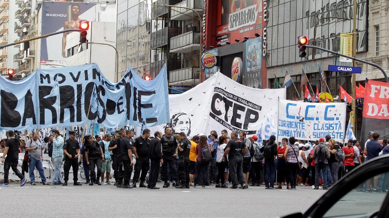 Organizaciones sociales cortando la esquina de Corrientes y Callao
