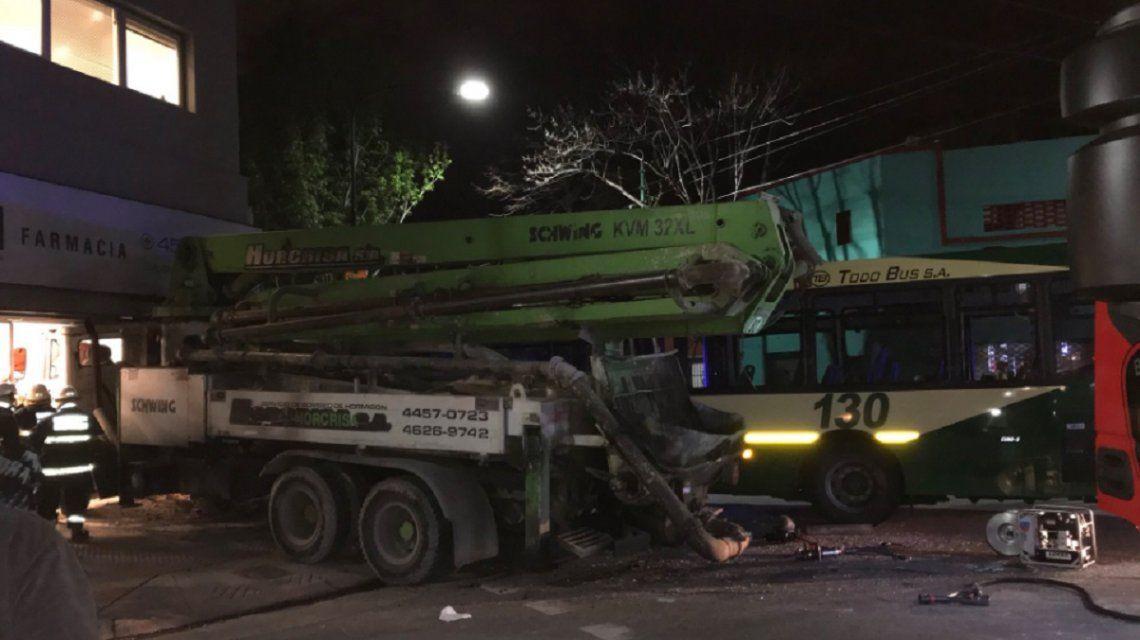 Un camión chocó contra un colectivo y se incrustó en una farmacia: cinco heridos