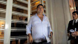 El vicepresidente de AFA saliendo de la sede de Viamonte