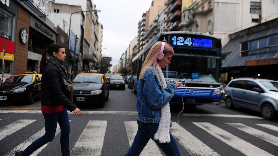Buscan sancionar a quienes crucen la calle usando el celular