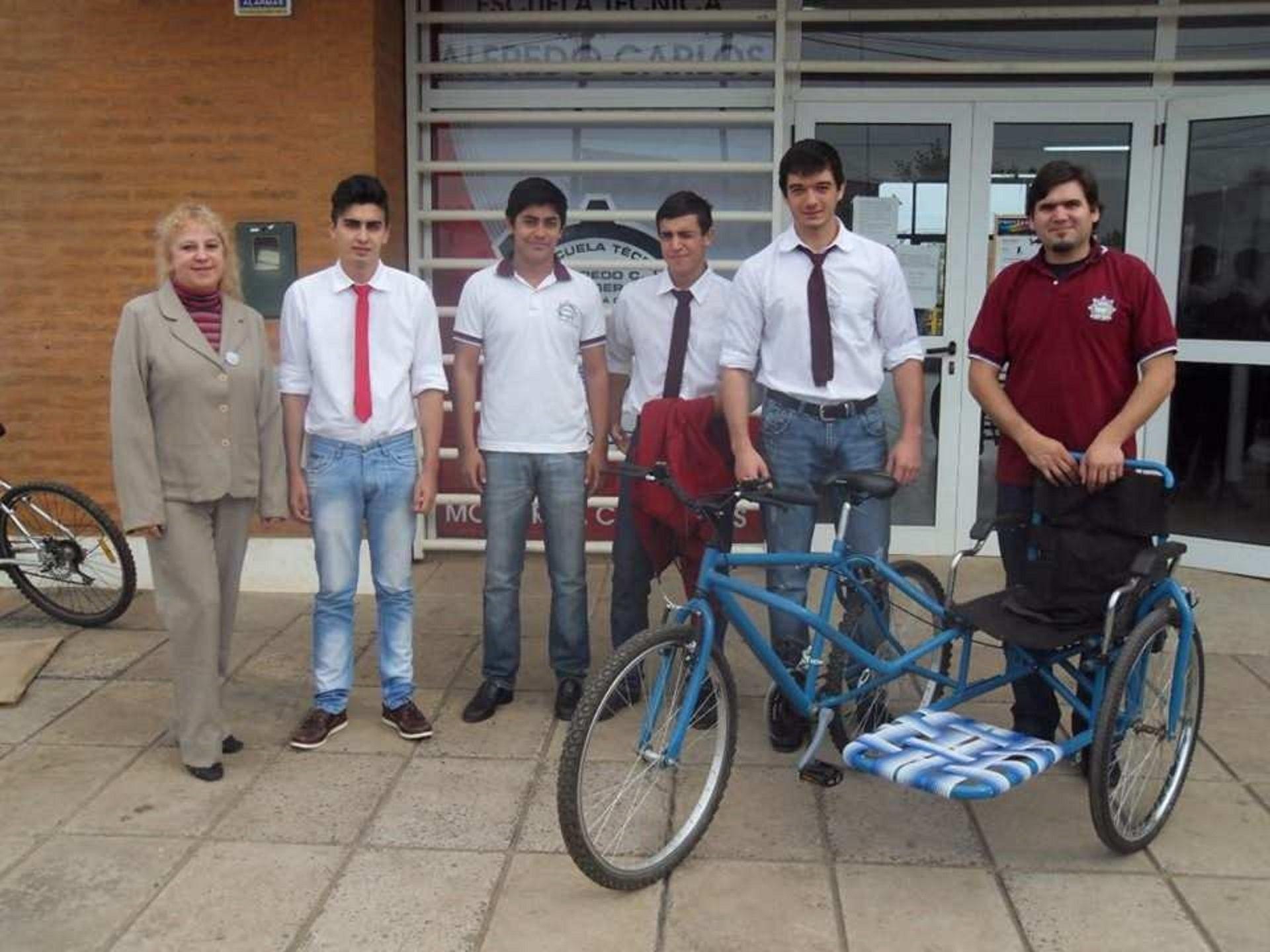 Alumnos y docentes que crearon una bicicleta para Jorge