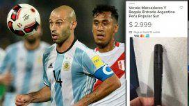 Mascherano mira la pelota sorprendido en el duelo anterior ante Perú