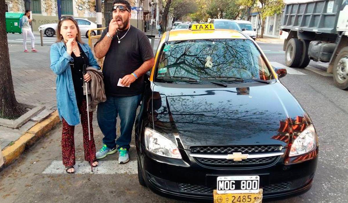 Multaron a un taxista que paró en la senda peatonal para ayudar a una ciega