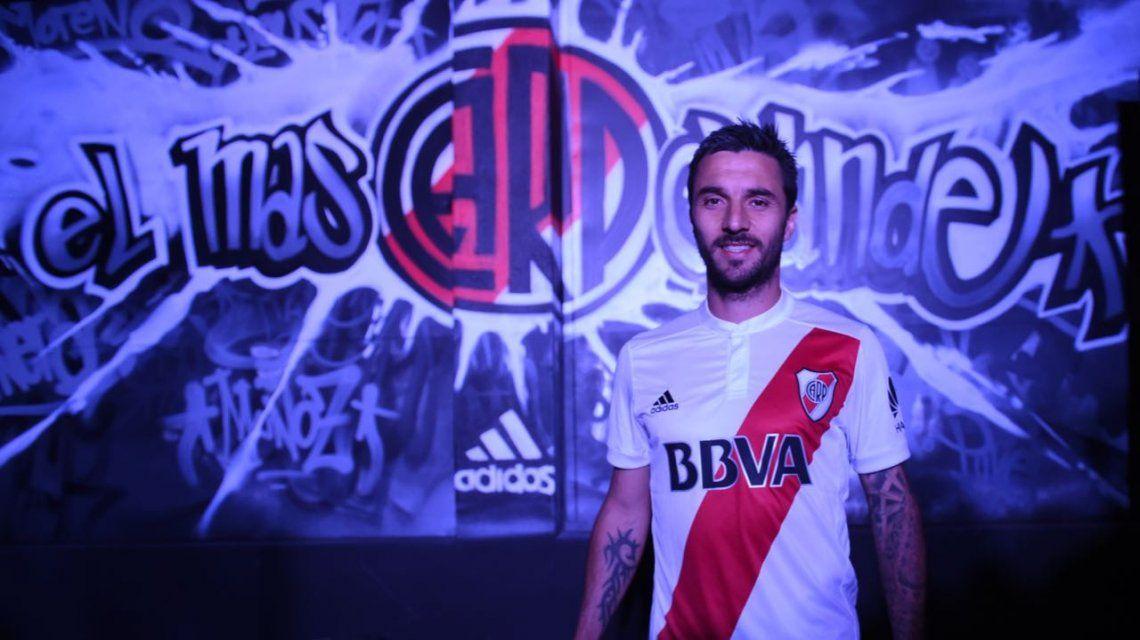 Nacho Scocco con la nueva camiseta de River