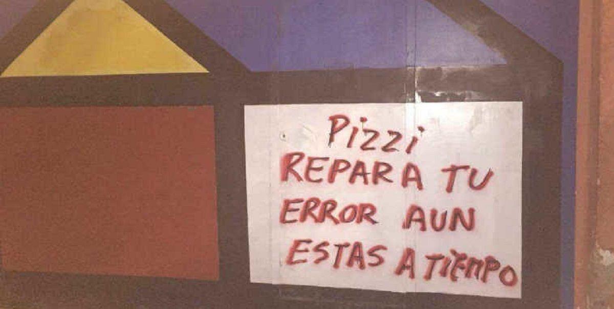 Una de las paredes del predio con las pintadas para el argentino