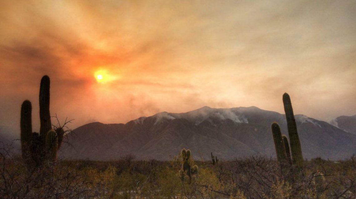 El fuego se acerca a las casas y la población pide ayuda