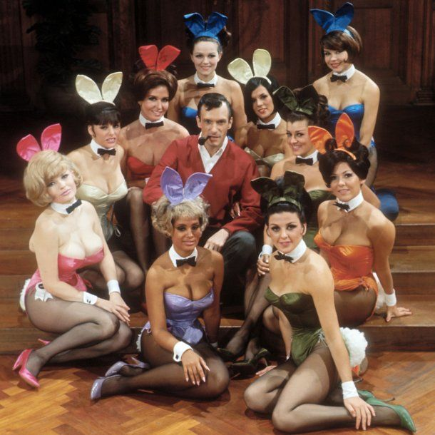 Hugh Hfner con las conejitas de Playboy - Crédito: www.playboy.com<br>