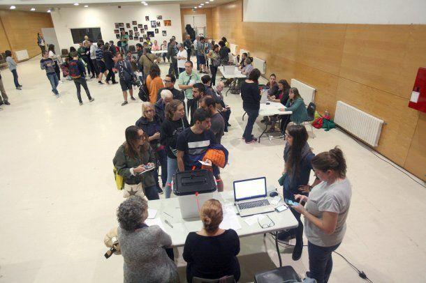 El referéndum en Cataluña se realiza en medio del caos<br>