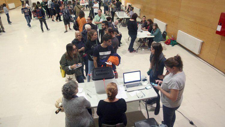 El referéndum en Cataluña se realiza en medio del caos