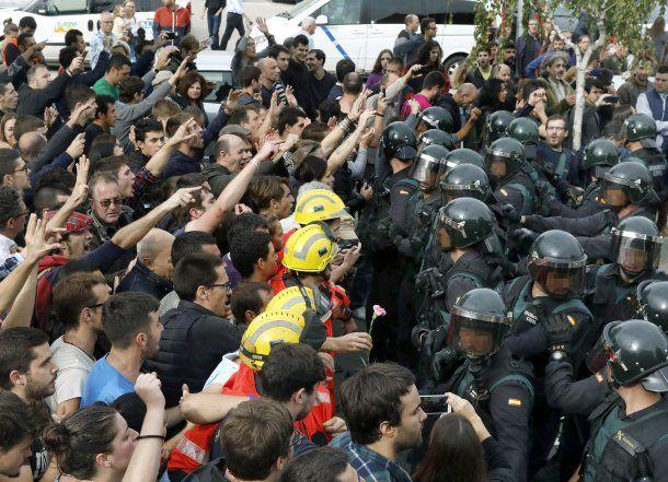 <p>La represión de la Guardia Civil durante la votación del Referéndum </p>