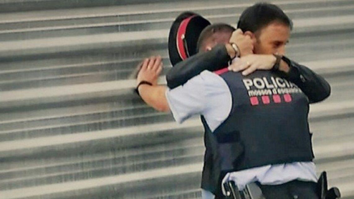 Llanto de un policía por la represión en Cataluña - Crédito:@borisllonalonso