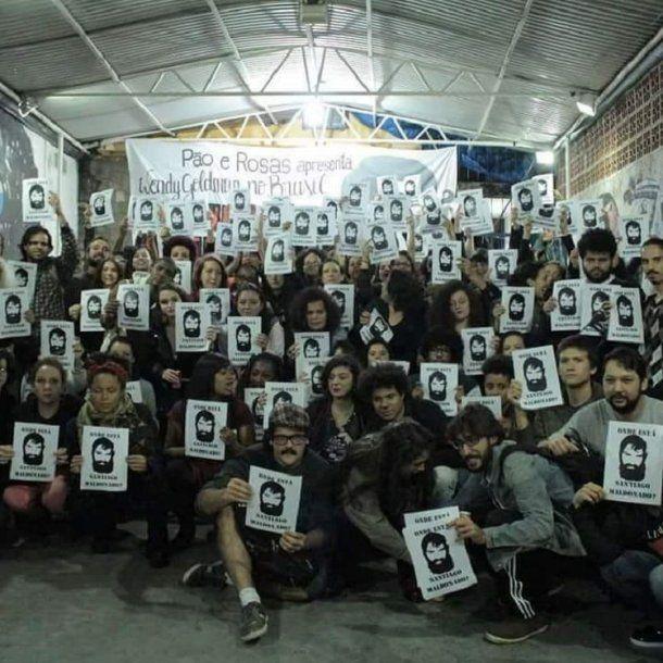 En brasil, un grupo de jovenes pidió por la aparición de Santiago Maldonado