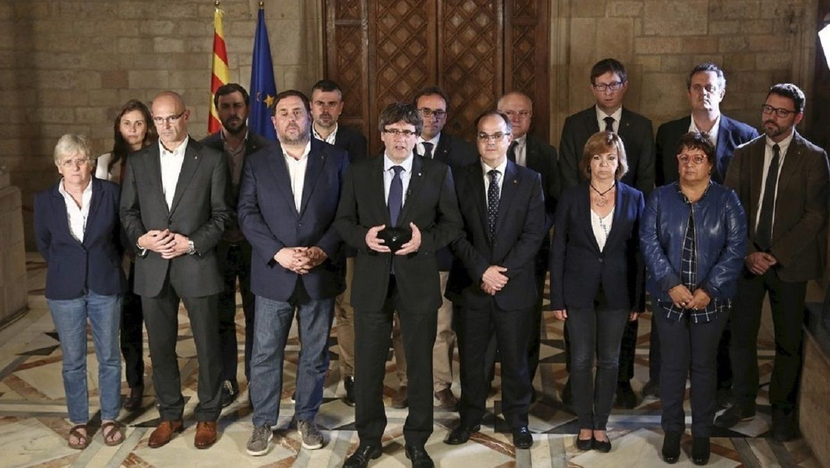 El presidente catalán Carles Puigdemont (centro) y su gobierno fueron desplazados