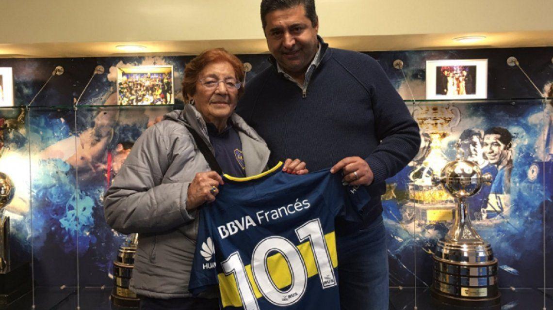 Beatriz posa junto al presidente Angelici